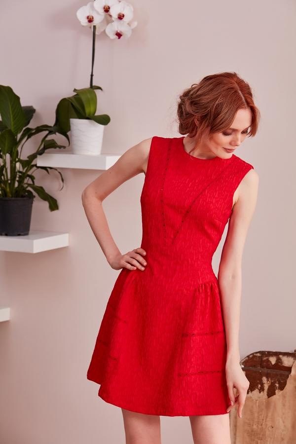 Kırmızı, brokar kumaştan mini elbiselerimizi farklı etek modelleriyle sizin için tasarlıyoruz .